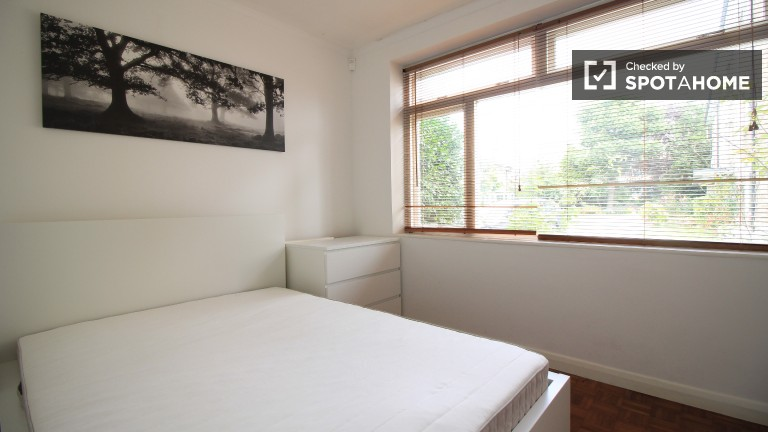 Double Bed in Rooms to rent in 4-bedroom houseshare with terrace in Lambeth