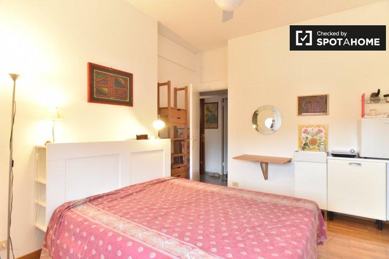 Amplia habitación en un apartamento de 2 dormitorios en Trastevere, Roma
