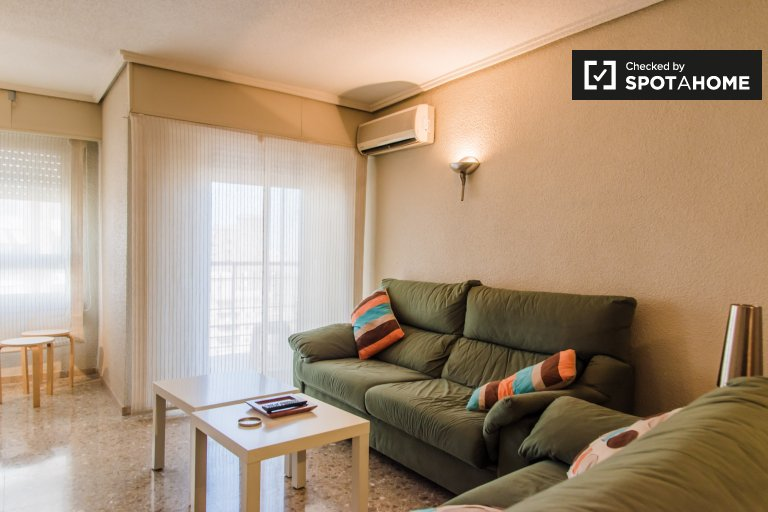 Room for rent in 2-bedroom apartment in El Pla del Real