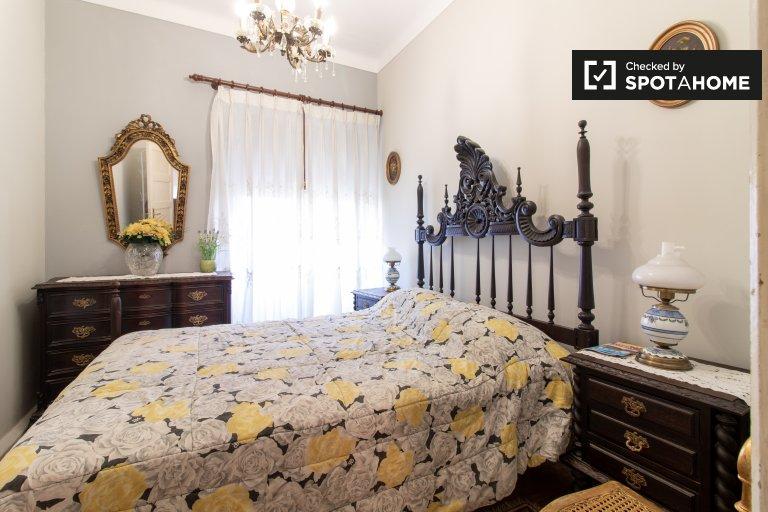 Helle Doppelschlafzimmer zur Miete in Campo Grande, Lisboa