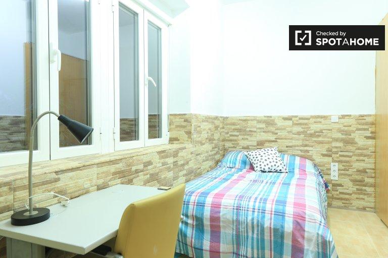 Chambre meublée dans un appartement de 4 chambres à Almagro, Madrid