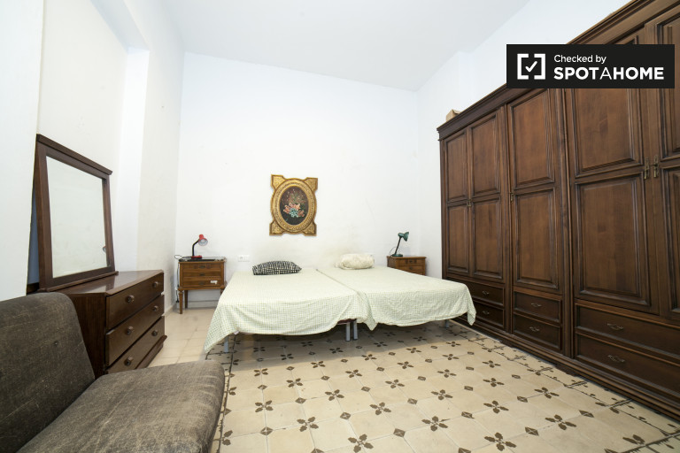 Twin Beds in Rooms for rent in 3-bedroom apartment with AC in Santa Cruz, Seville