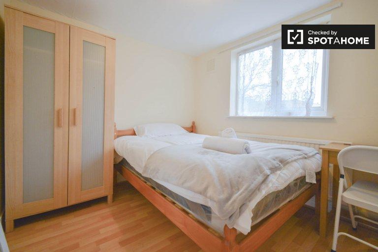 Jasny pokój w sześcioosobowym mieszkaniu w Hackney w Londynie