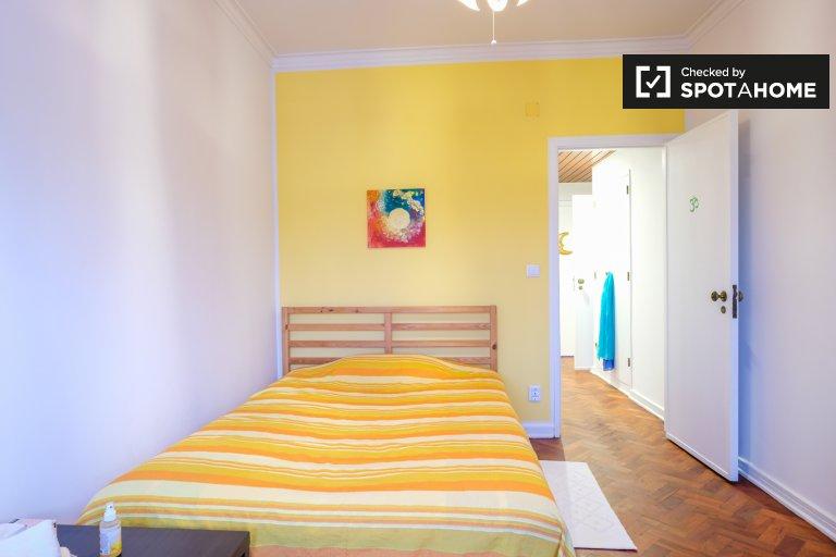 Quarto em um lindo apartamento de 2 quartos com varanda para alugar em