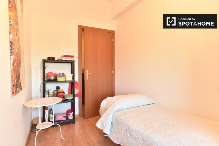 Confortevole camera in appartamento con 3 camere da letto a Pigneto, Roma