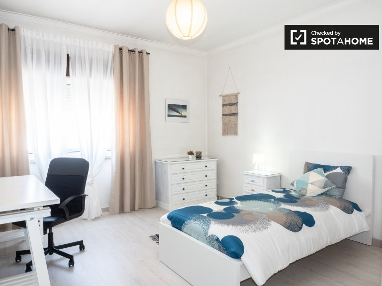 Helles Zimmer in 4-Zimmer-Wohnung in Corroios, Lissabon