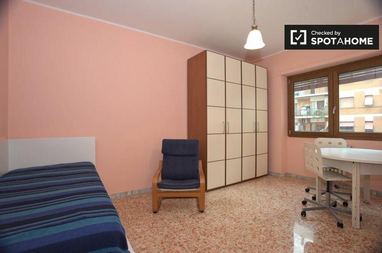 Chambre spacieuse dans un appartement de 3 chambres, Prati Fiscali, Rome