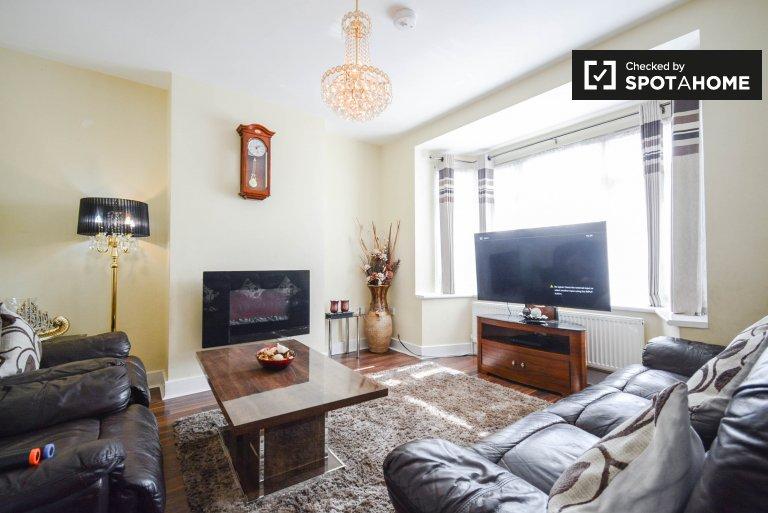 Przestronne mieszkanie z 3 sypialniami do wynajęcia w Newham w Londynie