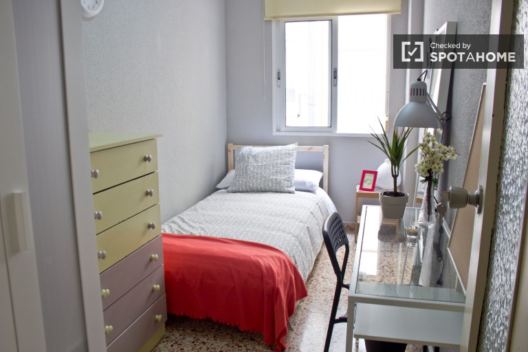 Single Bed in 5 sunny rooms for rent in Algiros, close to University of Valencia