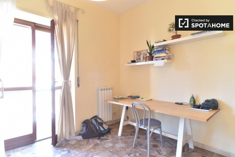 Bonne chambre dans l'appartement à San Paolo, Rome