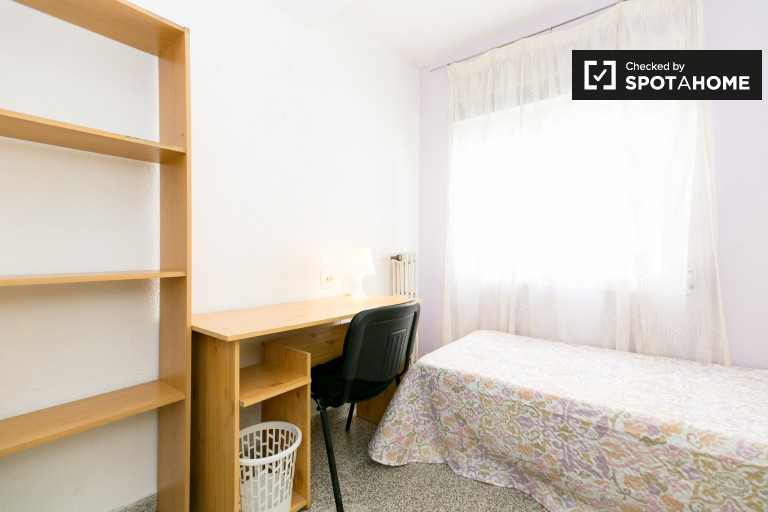 Luminous room in 5-bedroom apartment in Realejo, Granada
