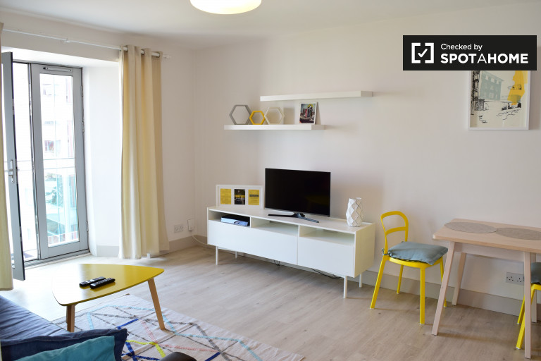 Stylish 1-bedroom flat with French balcony to rent in Smithfield