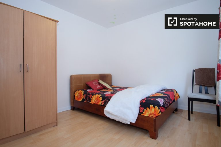 Helles Zimmer in 4-Schlafzimmer-Haus in Newham, London