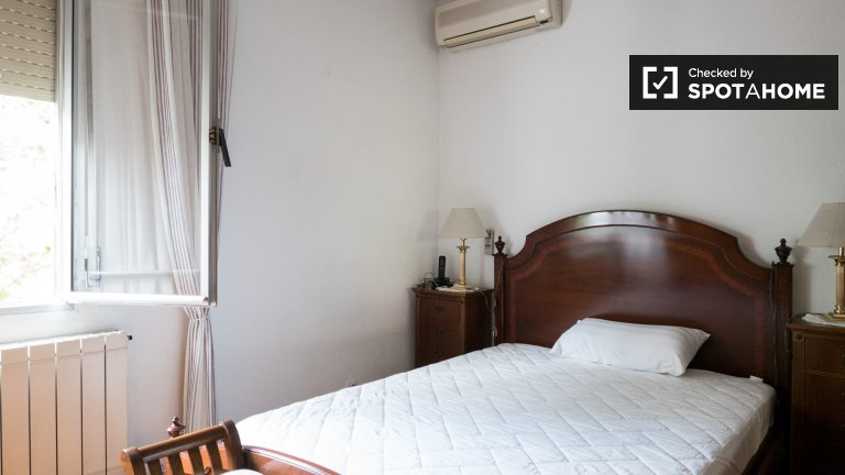 Room for rent in 3-bedroom apartment in Chamartín, Madrid