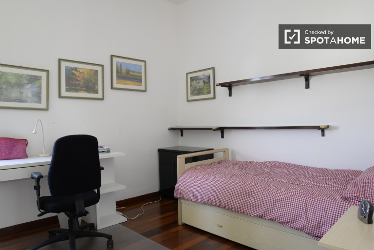 Sunny room in 3-bedroom apartment in Lorenteggio, Milan