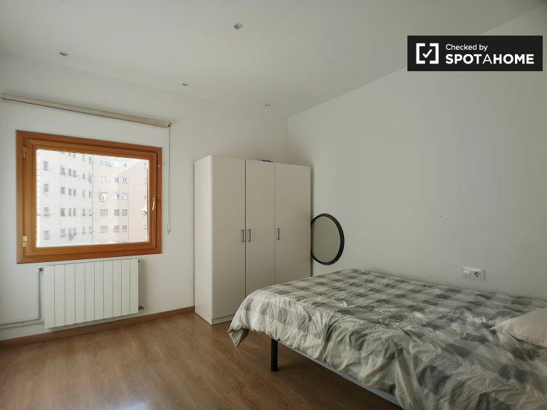 Se alquila habitación en apartamento de 3 dormitorios en Poblenou, Barcelona