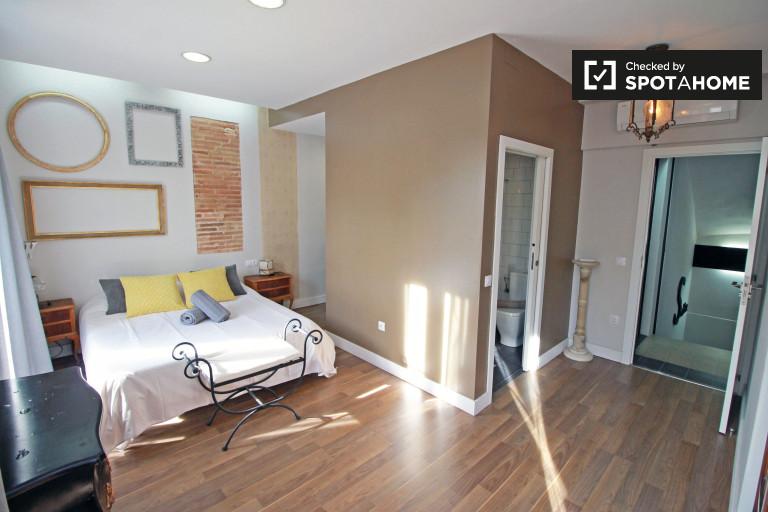Ample room in shared apartment in Vila de Gràcia, Barcelona