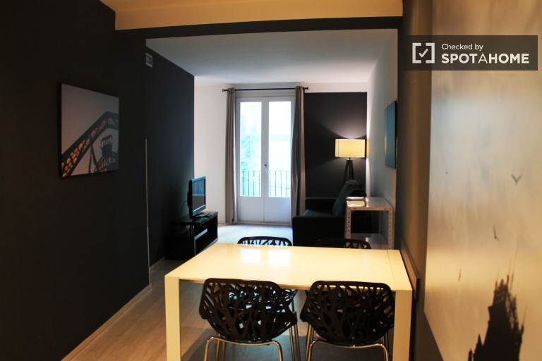 Stylish studio apartment with AC and small balcony in Barri Gothic, 10 minutes to the beach
