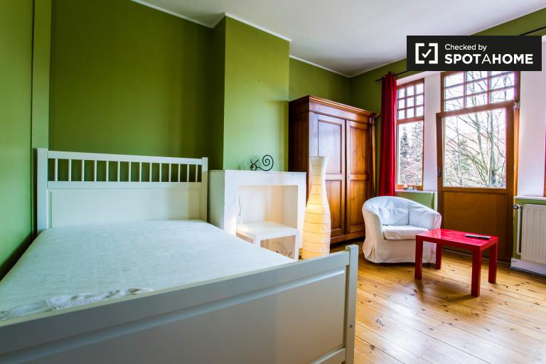 Grande chambre dans un appartement de 4 chambres à Schaerbeek, Bruxelles