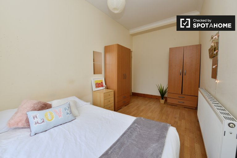 Double Bed in Rooms to rent in a 5-bedroom apartment with gas heating in Islington