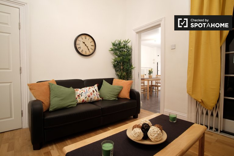 Spacious 1-bedroom apartment to rent in Barons Court, Travelcard Zone 2