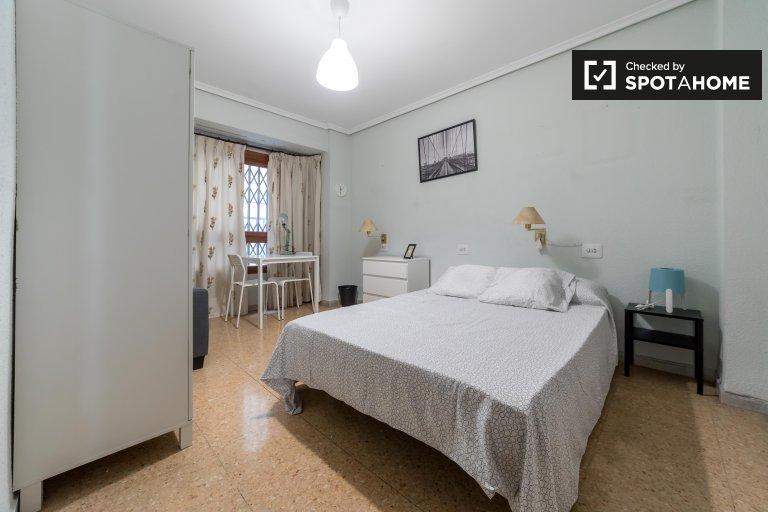 Grande chambre dans un appartement de 4 chambres à Ciutat Vella, Valence