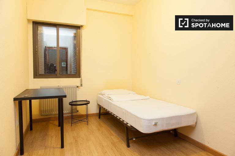 Se alquila habitación en piso céntrico de 2 dormitorios con balcón
