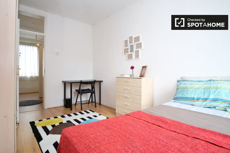 Double Bed in Rooms for rent in 3 bedroom apartment in Farringdon