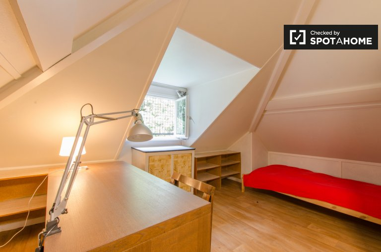 Single Bed in Rooms for rent in gorgeous 4-bedroom house in Woluwe Saint Lambert