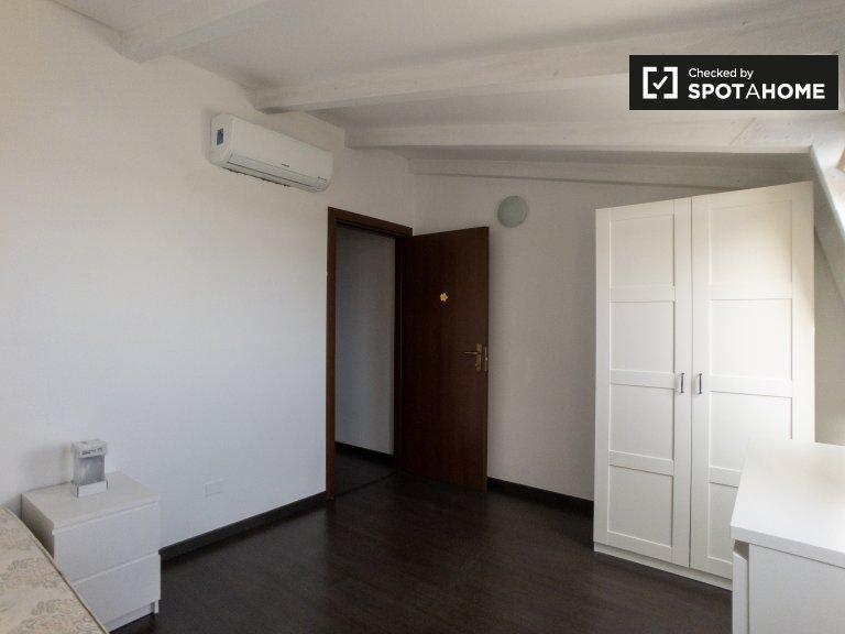 Se alquila habitación en apartamento de 4 dormitorios en Rogoredo, Milán