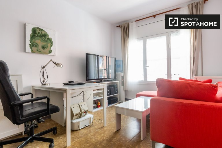 Bright room for rent in 4-bedroom apartment, Guinardó