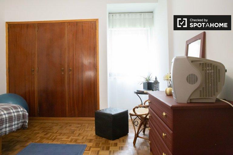 Chambre à louer dans un appartement de 3 chambres à coucher à Oeiras, Lisbonne
