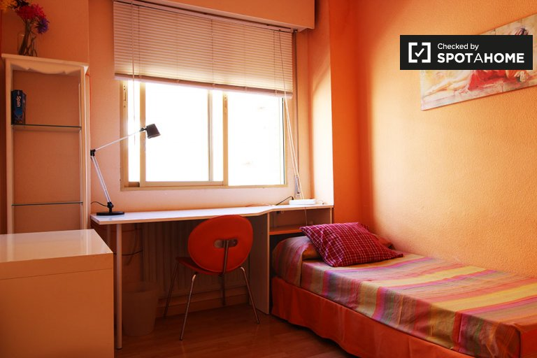 Chambre élégante dans un appartement de 3 chambres à Imperial, Madrid