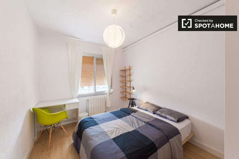 Room for rent in 4-bedroom apartment in Sant Martí