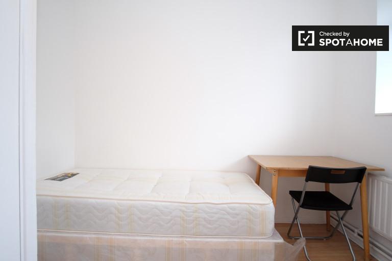 Furnished room in 5-bedroom flat in Lambeth, London