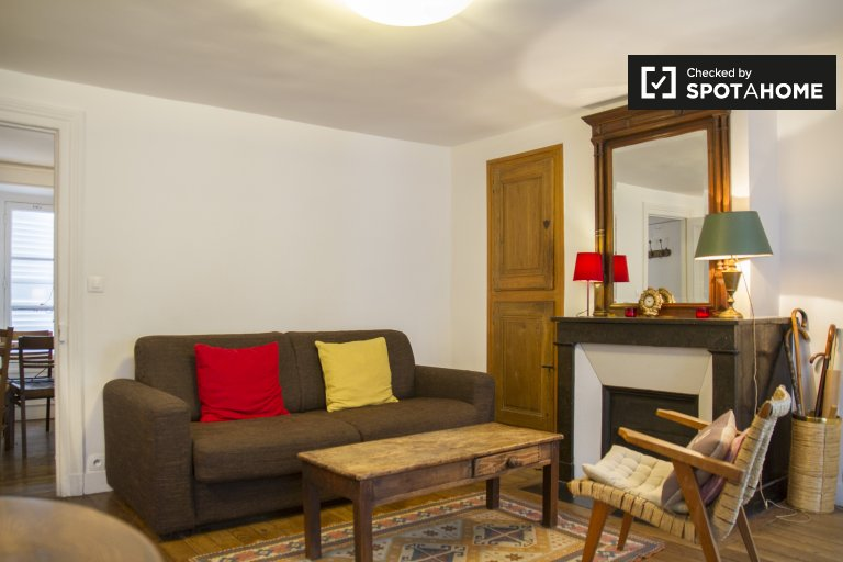 Spacious 1-bedroom apartment with piano for rent in Paris 1