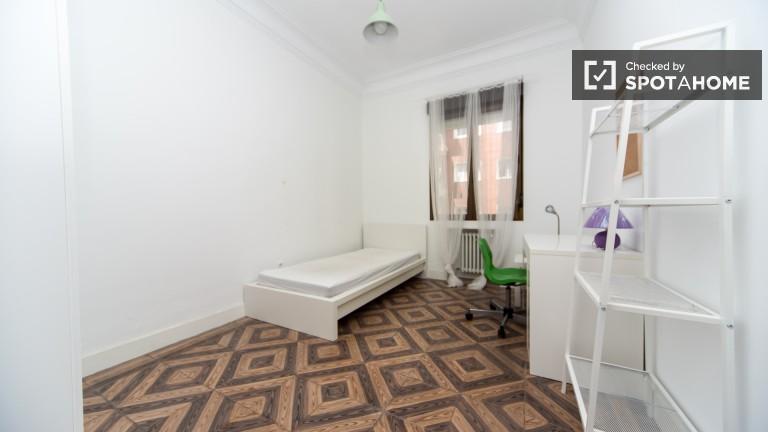 Duży pokój we wspólnym mieszkaniu w Chamberí, Madryt