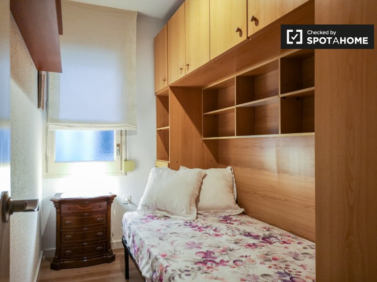 L'Eixample Dreta'da 2 yatak odalı dairede kiralık oda