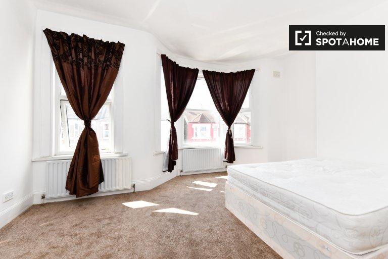 Duży pokój w domu z 5 sypialniami w Tooting w Londynie