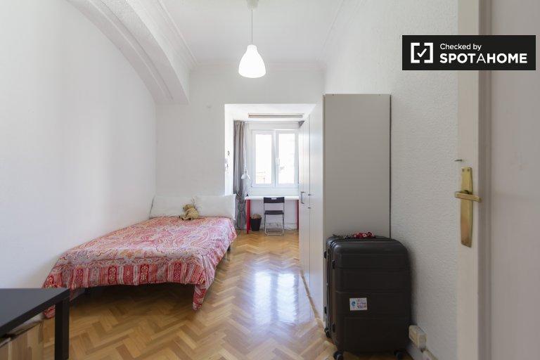 Ordentliches Zimmer zur Miete in einer 8-Zimmer-Wohnung in Moncloa, Madrid