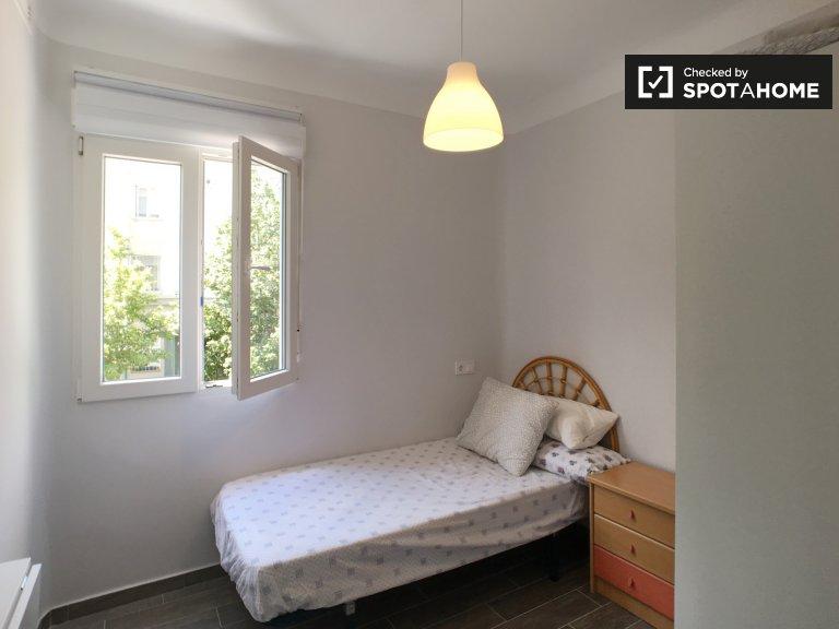 Schludny pokój do wynajęcia w 3-pokojowym mieszkaniu w Usera w Madrycie