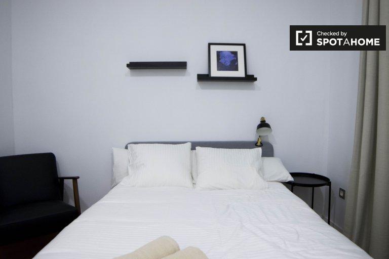 Habitación ordenada en apartamento de 6 dormitorios en Chamartín, Madrid