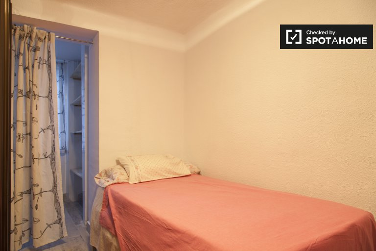 Warm room for rent in 4-bedroom apartment, Puerta del Ángel