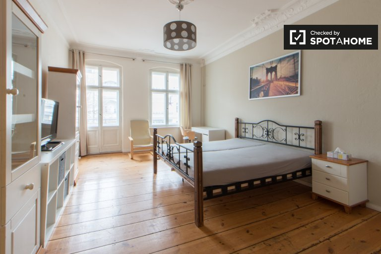 Spacious room in 3-bedroom apartment, Friedrichshain, Berlin