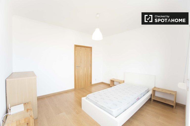 Pokój w apartamencie z 3 sypialniami w Santa Maria dos Olivais