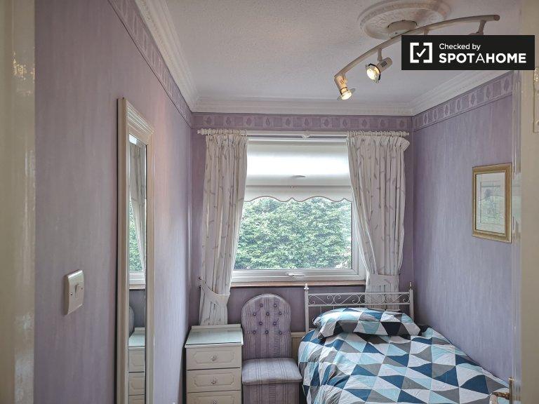 Quarto luminoso em casa de 4 quartos em Edmondstown, Dublin