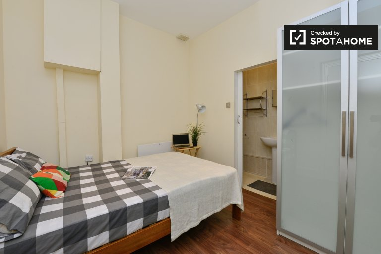 Interior room in 3-bedroom flatshare in Old Street, London