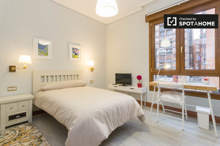 Large room in 5-bedroom apartment in Indautxu, Bilbao