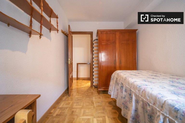 Acogedora habitación en apartamento de 3 dormitorios en Leganés, Madrid.