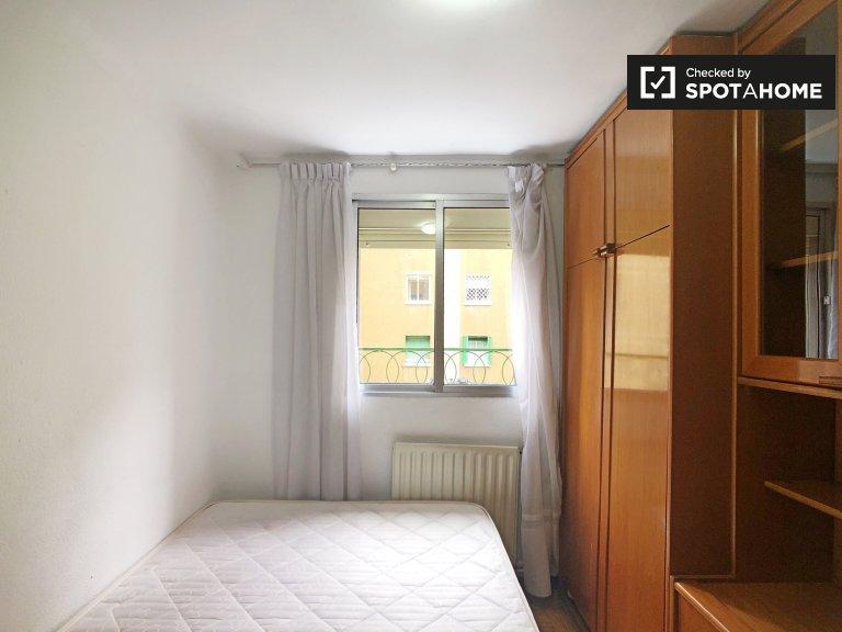 Room for rent in 3-bedroom apartment in Puerta del Angel